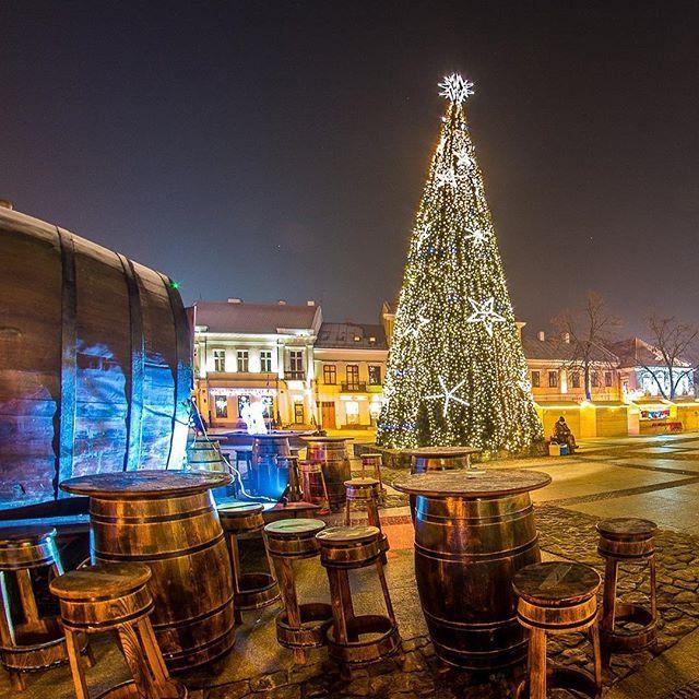 Jarmark bożonarodzeniowy na Rynku w Kielcach #kielce #swietokrzyskie #radioemkielce #spacerpokielcach #świętokrzyskie #kielcepieknesa #kielcenoca #city #citynights #poland #Polska #igerskielce #igerspoland #instakielce #illuminati #christmas #winter #streetart #nikonphotography #landscape #architecture #jarmark #jarmarkbozonarodzeniowy
