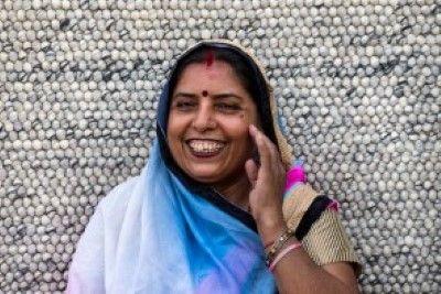 Savita    We zijn super #trots op ons #Sukhi #team!  In #India worden aan onze wollen lus kleden gewerkt, maar ook aan onze #stenen #kleden, vervilte wollen draden kleden en vilten blaadjes kleden! Een groot team dus! #Funfact: Alleen in India werken er ook #mannen aan onze kleden! Waar normaal gesproken alleen #vrouwen aan onze Sukhi #vloerkleden werken!   Sukhi.nl