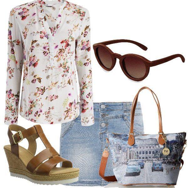 Minigonna di jeans e camicetta floreale a maniche lunghe abbinate a un sandalo con zeppa color cuoio e borsa con stampa di Roma e manici e tracolla in cuoio. Occhiali da sole in legno, per completare l'outfit.