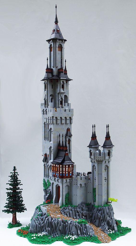 Ce château LEGO perché sur son rocher dispose d'une tour aux dimensions…                                                                                                                                                                                 Plus