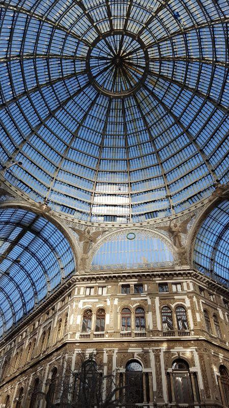Monika White má další tip, kam se vydat mimo hlavní turistickou sezónu: Neapol, rodné město pizzy, si vás podmaní svou neopakovatelnou atmosférou. Ať už jste milovníci památek, skvělého jídla nebo dolce far niente, pochopíte, proč se Neapol řadí knejkrásnějším italským městům.
