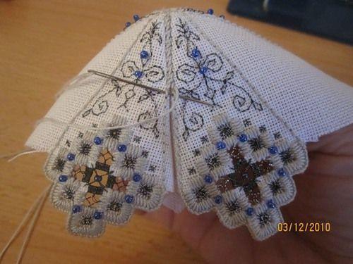 вышитый новогодний колокольчик автор Вам понадобится ткань равномерного переплетения, нитки типа Perle#8 , нитки - металлик, бисер. ...: