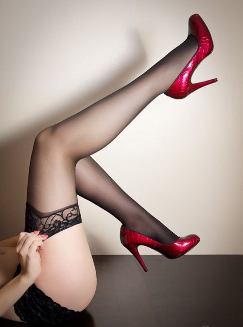 Чулки и красные туфли