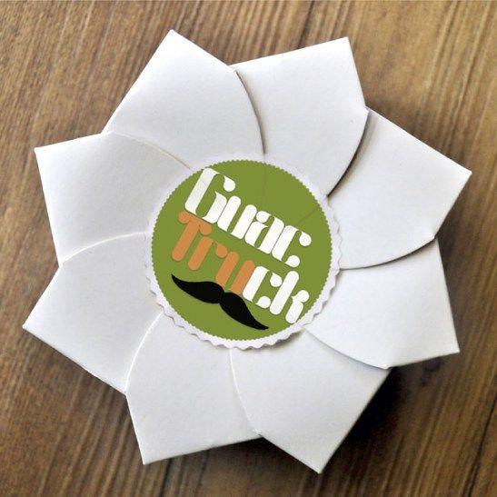 Voici un emballage pour un restaurant rapide proposant des plats à emporter à Manille, aux Philippines appelé Guactruck. Inspiré de l'origami, l'emballage ressemble à un bourgeon qui s'épanouit en une fleur lorsqu'on l'ouvre pour déguster son contenu. Il a été conçu de façon à ce qu'il soit éco responsable et donc recyclable ; étant seulement …