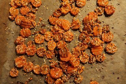 Mrkvové chipsy - natenko nakrájenou mrkev promíchám s olivovým olejem a mletým kmínem a paprikou a upeču v troubě.