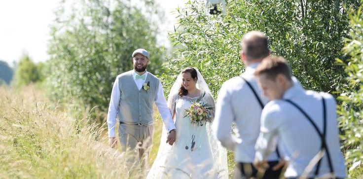 Drie vreugdevolle jongens die je bruiloft vanuit meerdere perspectieven in beeld komen brengen en de prachtigste films afleveren, wat wil je nog meer? De ervaren videografen van Blij dat zijn wij zijn altijd in stijl, en passen graag de kleur van hun vlinderdas op jullie thema aan! //Klik voor meer info!
