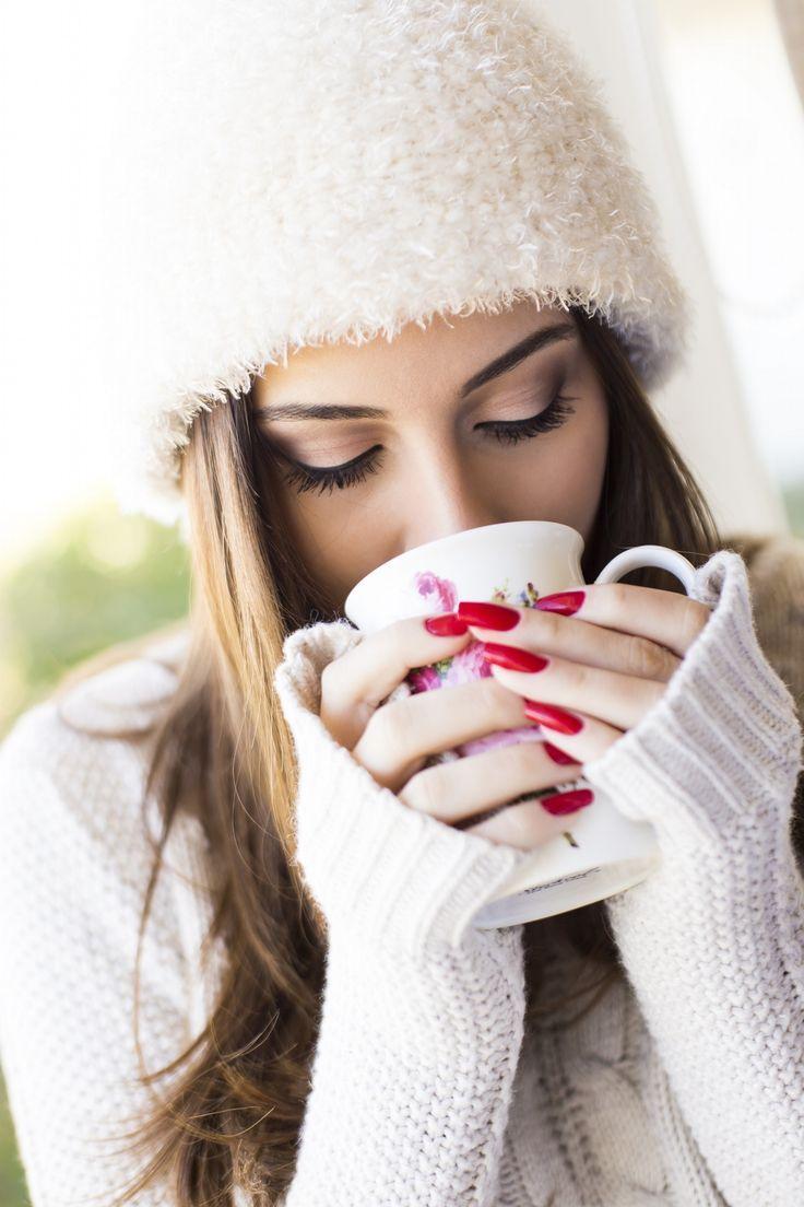 Картинки зима девушка с кофе, меняющие цвет телефон
