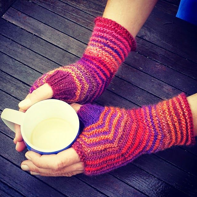 Knitting and so on: Hexagon Mitts in Two Colours