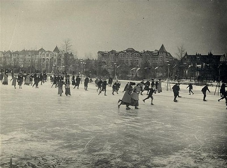 Winter in Utrecht | Wilhelminapark 1910 | Het is druk op de dichtgevroren vijver. Op de achtergrond de Koningslaan