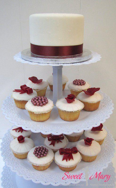 Порционный свадебный торт отнюдь не лишит невесту и жениха символического обычая совместного разрезания торта — отдельные порционные тортики с искусным декором и верхушка