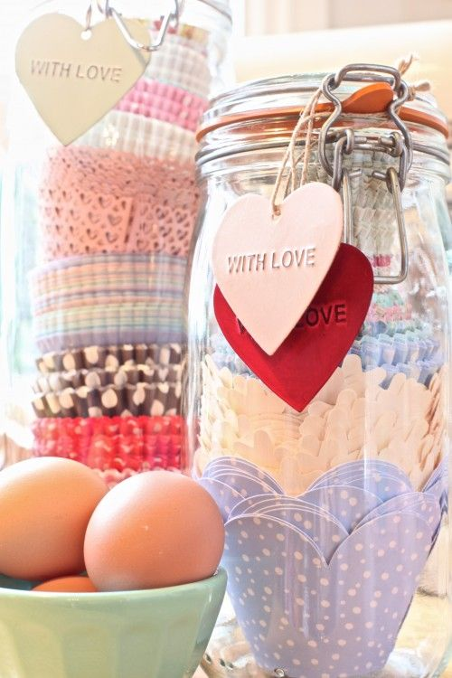 Geef iemand een collectie van mooie cupcakebakvormpjes cadeau in een mooie pot van Kilner. Leuk als moederdaggeschenk!