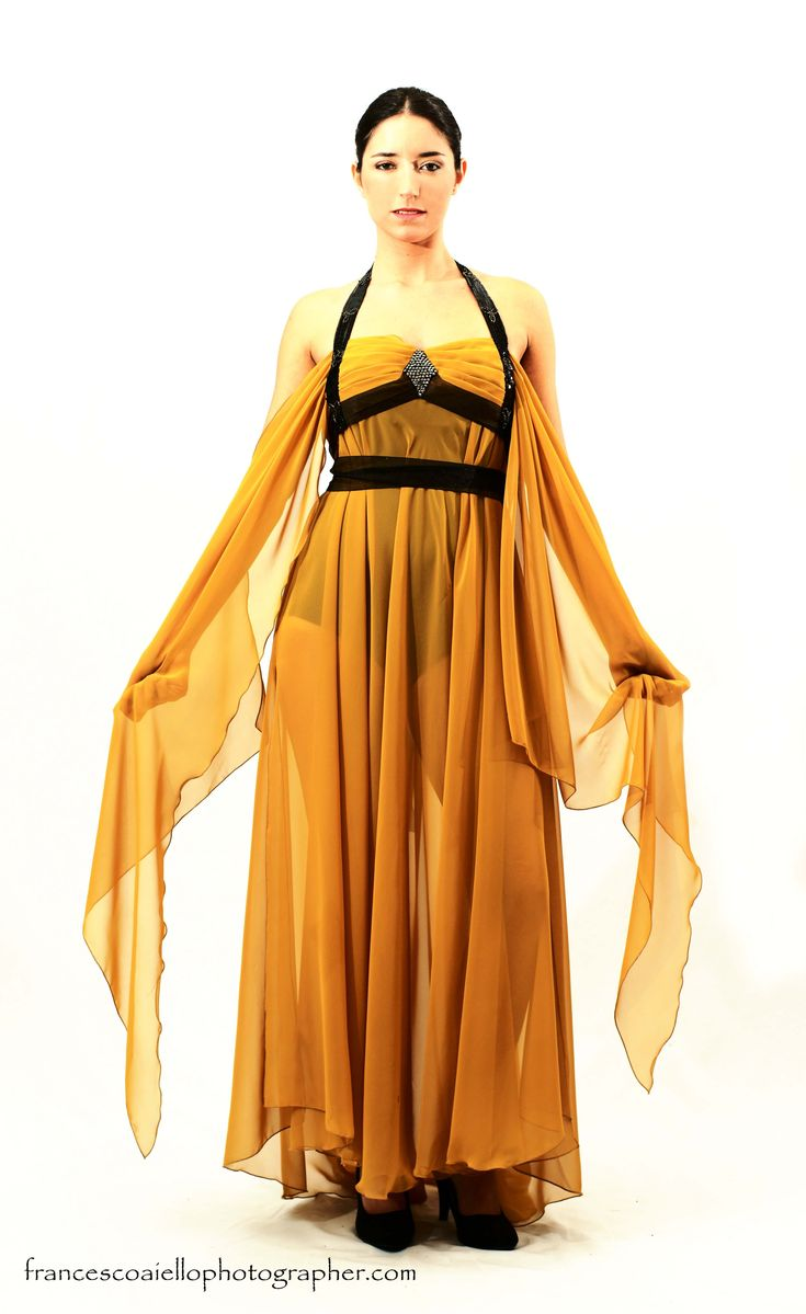 ¿Recuerdas las mil y una noches? Este vestido largo de gasa mostaza inspirado en esos relatos te transportará directamente al lejano oriente. 620€