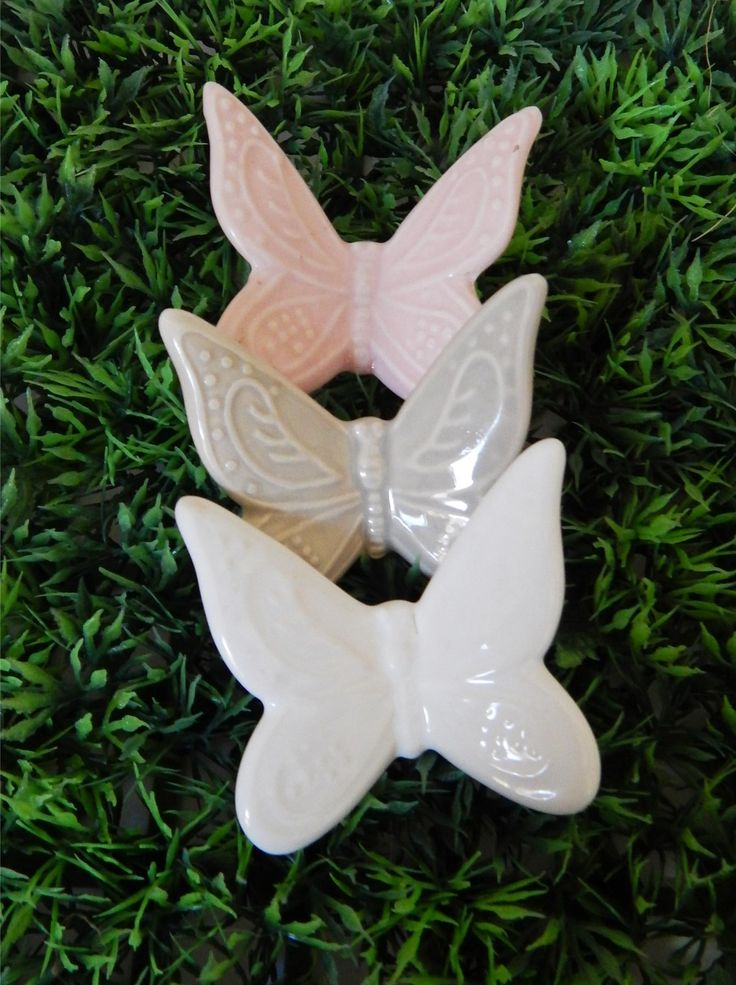 Promozione: Farfalla in fine porcellana con delicati particolari a rilievo e con magnete applicato nel retro, disponibile nei colori bianco, rosa e tortora.