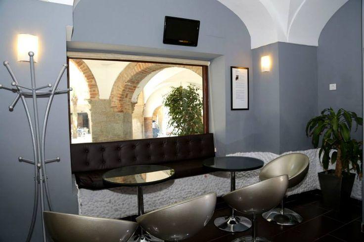 Junto a estas líneas uno de los espacios más acogedores que se encuentran en la primera planta donde tras la comida o cena los comensales puden tomar un café o una copa.