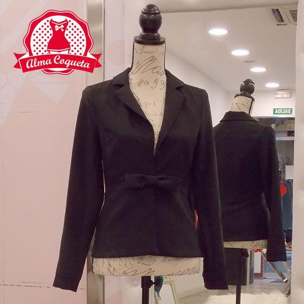 Americana fina en color negro cerrada a la cintura con un coqueto lazo. Tejido con mucha caída. Podrás utilizatla tanto con faldas como con vestidos o pantalones. Un básico con un toque diferente para tu armario #moda #chaqueta #negro #lazo #fashion #retro #almacoqueta #leonesp