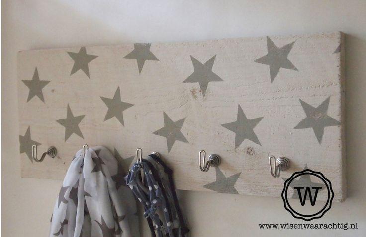 #kapstok wit met #sterren. Ook leverbaar in een kleur naar wens, bijvoorbeeld passend in de kinderkamer of werkkamer.