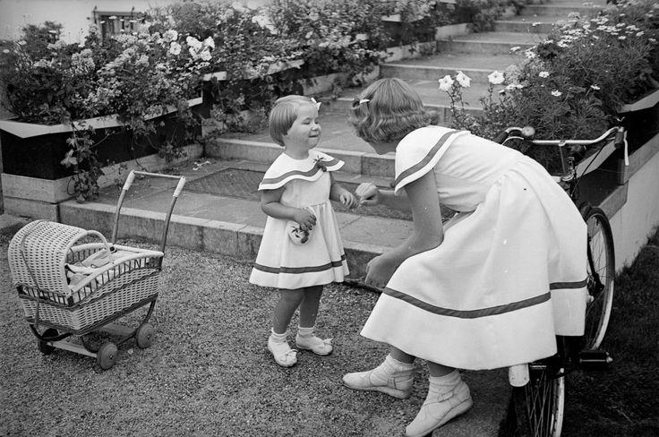 Prinses Marijke met haar oudste zus Prinses Beatrix, 1950 (NL)