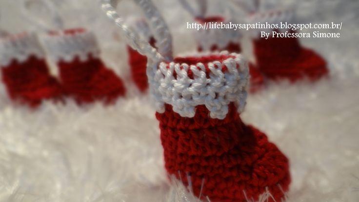 Passo a passo Pingente Botinha Papai Noel em Crochê feito pela Professora Simone visite a Professora : http://lifebabysapatinhos.blogspot.com.br/ http://atel...