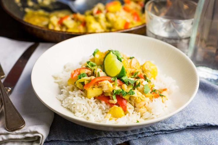 Recept voor thaise viscurry voor 4 personen. Met water, pangasiusfilet, limoen, Chinese kool, ananasstukjes, wokolie, currypasta, rode paprika, rijst, bosui en koriander