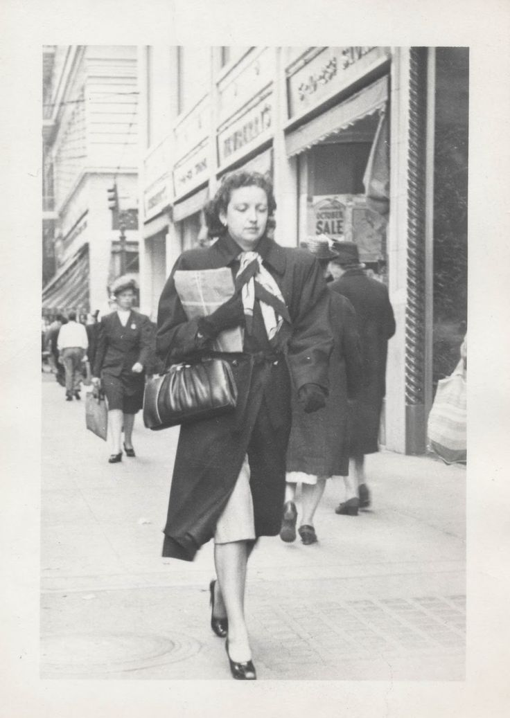Vintage Street Style – 23 Candid Photos of People Photographed on Sidewalks from the 1930s and 1940s