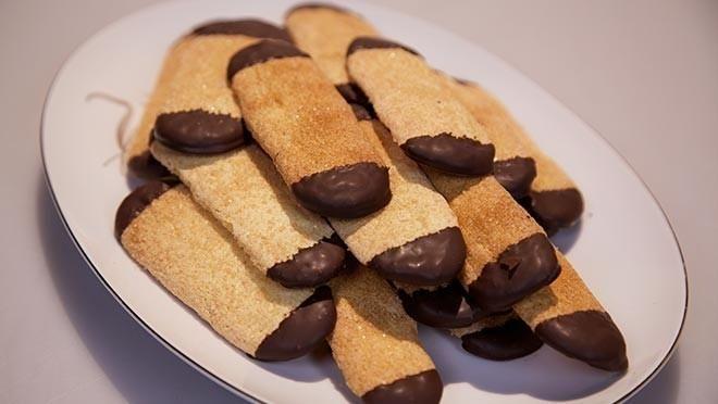Kaneelvingers 50 g suiker 2 tl kaneelpoeder 2 eieren 100 g vanillesuiker 90 g bloem mespuntje bakpoeder 200 g pure chocolade