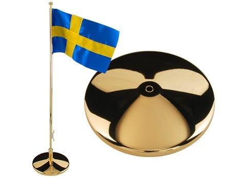 Elegant flaggstång med slät fot. Tillverkad i mässing. Höjd 42 cm. Levereras med svensk flagga.