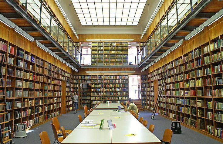"""Haupteingang des IG-Farben-Hauses/Pölzig-Baus der J.W.Goethe Universität Frankfurt am Main. Die Stahlskulptur am linken Bildrand ist Teil der """"Blickachsen"""" Ausstellung. Bibliothek-westend-2005-10-27 1 (1).jpg"""