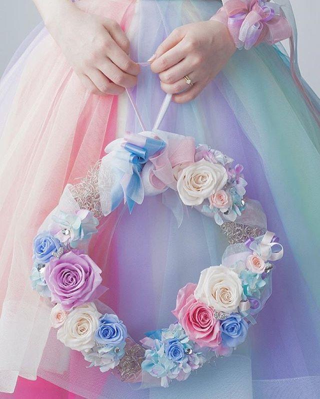 ◌ ❁˚ 定番のブーケも可愛いけど、 ドレスの色に合わせた #リースブーケ もとっても素敵 * 同じ色のリボンを手首に巻いて、 さらにプラスで手元華やか * Photo by @pino.co11◌ ❁˚ * #プレ花嫁#結婚式準備#ブーケ #リース#カラードレス#リストレット