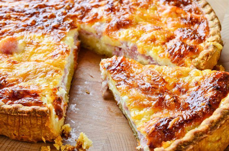 Préparation : 1. Préchauffez le four à 180°C. 2. Etalez la pâte dans un moule, piquez à la fourchette. 3.Faites rissoler les lardons à la poêle puis répartissez-les sur le fond de pâte.Parsemez d…