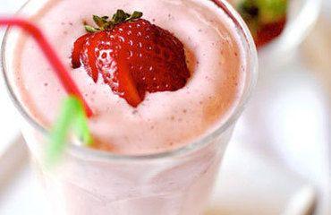 Do mixéru nalijeme mléko a ostatní ingredience přidáme dle chuti a dobře rozmixujeme. (Na oslazení jsou také skvělé lístky nekalorické Stévie rebaudiany).