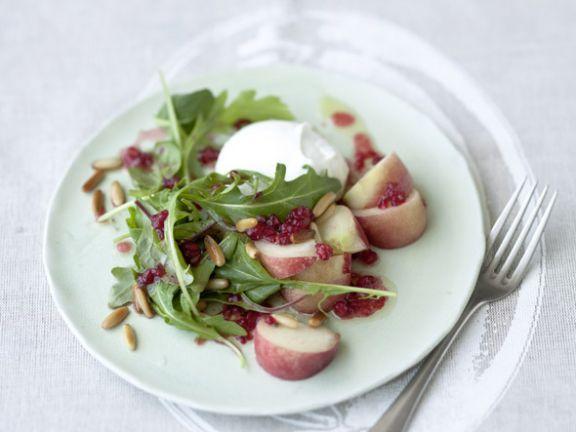Büffelmozzarella mit Weinbergpfirsich, Rucola und Himbeer-Vinaigrette ist ein Rezept mit frischen Zutaten aus der Kategorie Kochen. Probieren Sie dieses und weitere Rezepte von EAT SMARTER!