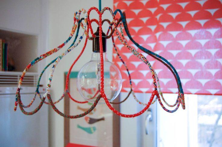 Ett roligt sätt att återanvända gammalt tyg och gamla lampstommar är att göra en öppen lampa. Foto: Matilda Ekström