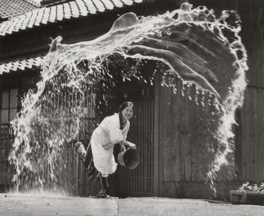 Anonymous photographer, Japan 1954. (Galerie Lumière des Roses) #history #photography #japan #lighthearted