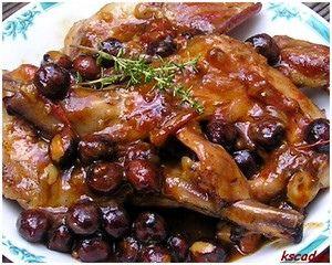 LAPIN AU PARFUM DE GARRIGUE (Pour 4 P : 8 morceaux de râble de lapin (environ 80 g chacun) ou 8 gigolettes, 2 échalotes, 1 gousse d'ail, 5 brins de thym frais, 60 g de noisettes, 1 feuille de laurier, 2 c à c de fond de volaille, 1 c à s d'huile d'olive, sel, poivre blanc)