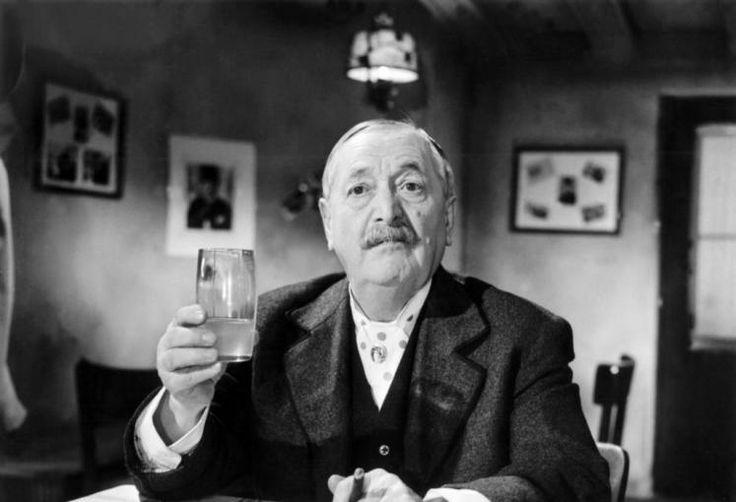 Hans Moser war ein österreichischer Volksschauspieler und hat mit seinen Filmen die österreichische Kultur geprägt. Die Kombination aus einzigartiger Mimik, Gestik und Sprache machte ihn zum unsterblichen Original, welches selbst das übelste Drehbuch noch in einen gern gesehenen Film verwandeln konnte. Mehr dazu hier: http://www.nachrichten.at/nachrichten/kultur/Ein-alter-Wiener-Grantler-belebt-die-Seele-Oesterreichs;art16,1417046 (Bild: Kirch Media)