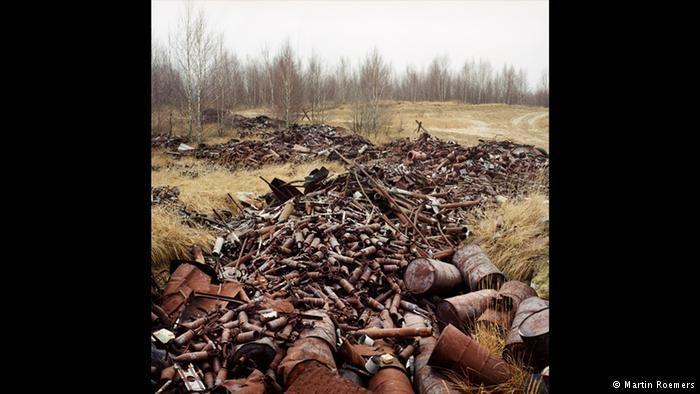 Área de treino dos soviéticos O Museu Histórico Alemão, em Berlim, apresenta algumas das 78 fotografias de Martin Roemers até 14 de agosto de 2016. Entre elas, estes restos de munição em um antigo campo de treinamento das tropas soviéticas.