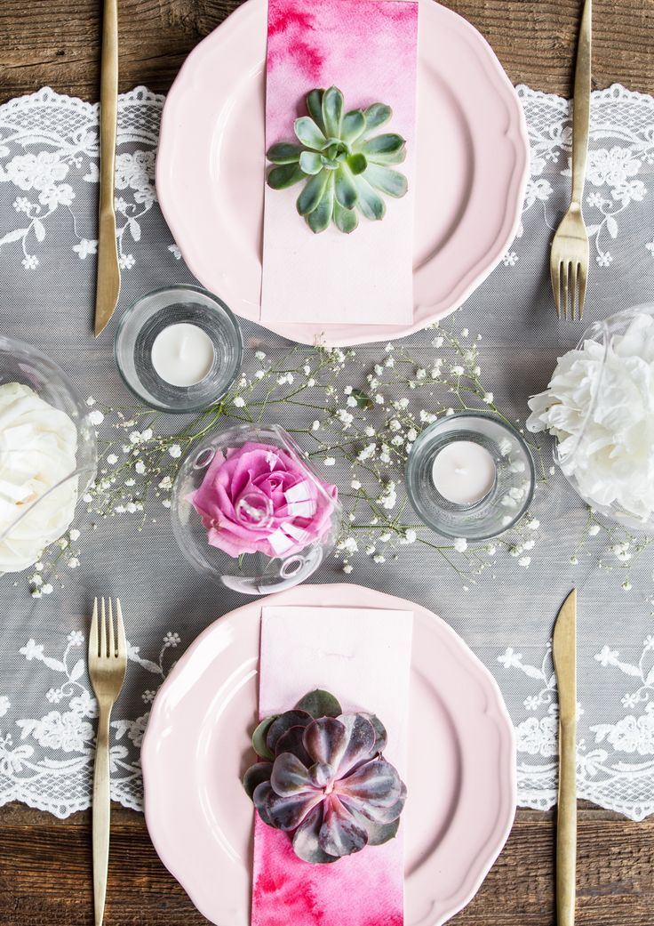 Beautiful pink setting. Did someone say that lace and wood don't go well together?! Find more inspirations for weddins on our Facebook and Instagram!