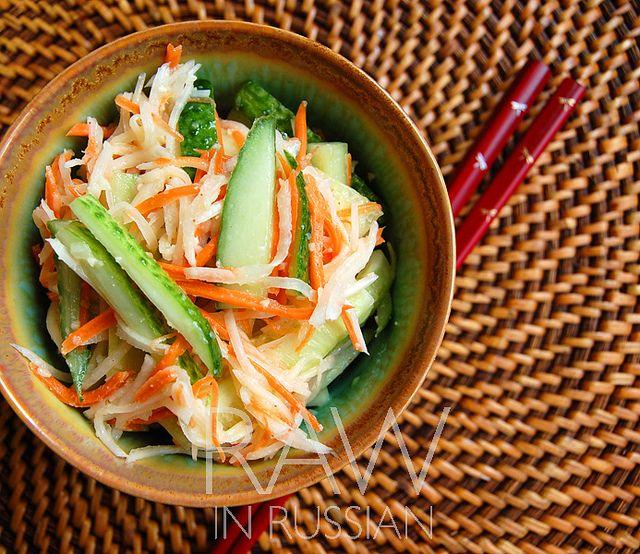 Огуречный салат с кунжутной заправкой