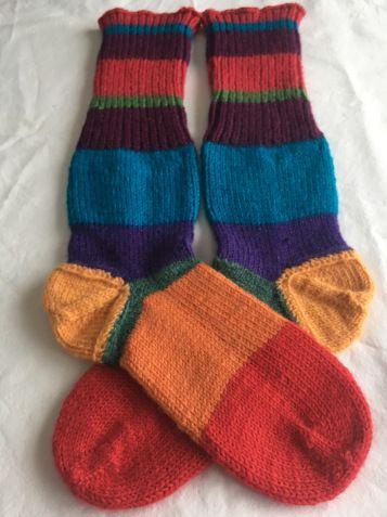 Woolsocks!  Olen tehnyt tässä lähiaikoina kahdet sukat, joissa kummassakin on jälkikäteen tehdyt kantapäät. Tein sekä sukat että erilliset kantapäät pyöröpuikoilla Magic Loop -tekniikalla. Värikk…