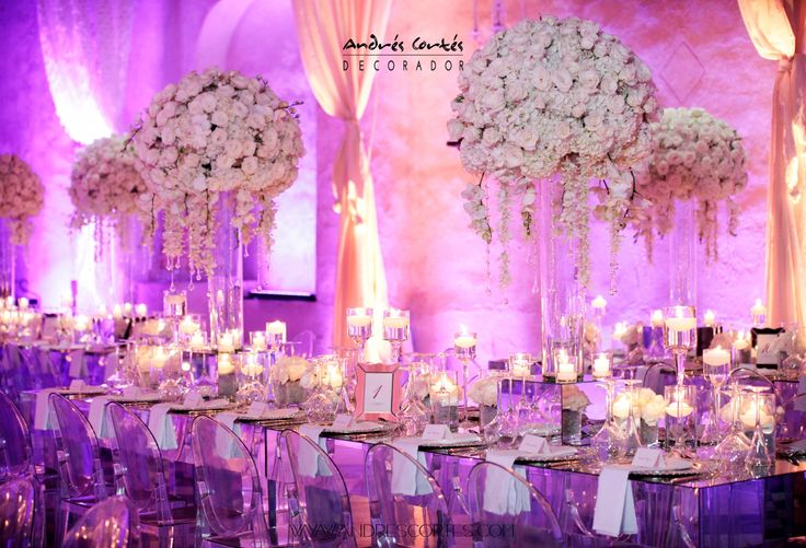 Great mount with thousands of white orchids, roses and hydrangeas.  For this wedding in Cartagena de Indias in the Hotel Sofitel Santa Clara large mirror is designed tables, warm lighting framing the lounge accompanied by large glass chandelieres suspended from the ceiling.  Design and decorating by Andrés Cortés. #andrescortes #WeddingIdeas #Weddings #Candles #Bodas #Cristales