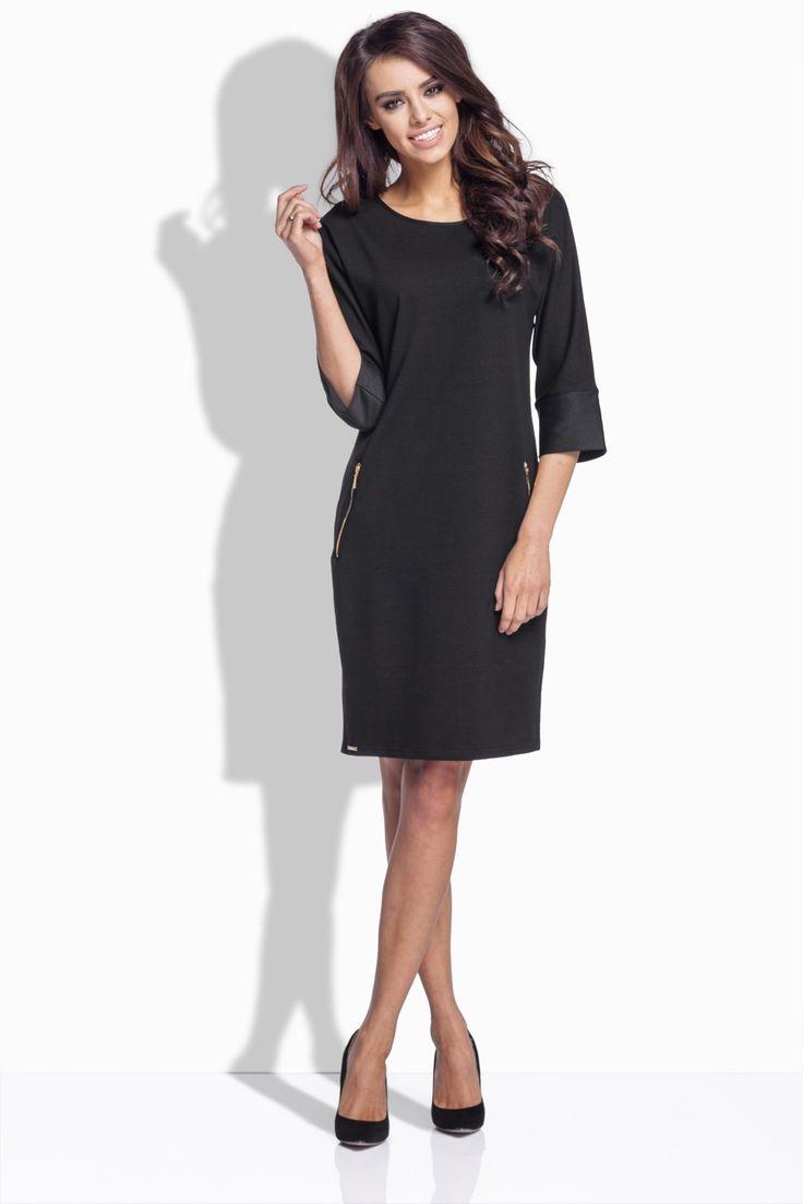 Tieto voľne rozšírenéšaty so zipsami na vreckáchsú skvelým modelom na prechodné až chladnejšie obdobie roka. Ich variabilita je skvelá, pretože tento model šiat môžeš nosiť ako šaty, ale zahviezdiš v nich aj, keď ich skombinuješ s legínami alebo úzkymi nohavicami. Touto malou zmenou ti vznikne ženami veľmi obľúbená trendová tunika.  Model šiat je hladký bez zapínania, 3/4 ťové rukávy sú ukončené širokou kontrastnou manžetou. Šaty majú po oboch stranách vrecká, ktoré sa zapínajú…