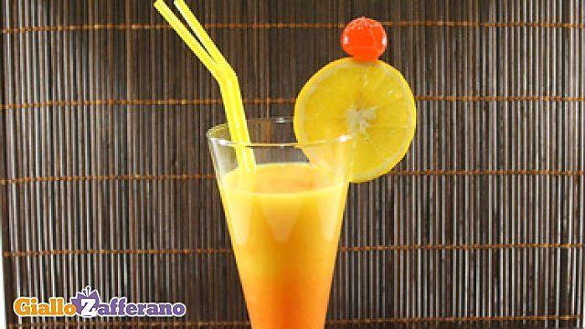 Il TEQUILA SUNRISE è un #drink alcolico a base di #tequila, succo di #arancia e granatina. #ricetta #GialloZafferano #cocktail #aperitivo