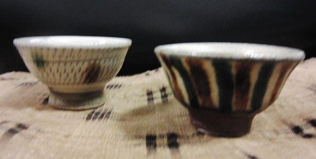 沖縄のやきものは同じデザインのものがたくさん焼かれているが、同じ窯のものでも、ひとつひとつ表情が違うので、手にとりながら選んでいると時間を忘れてしまう。