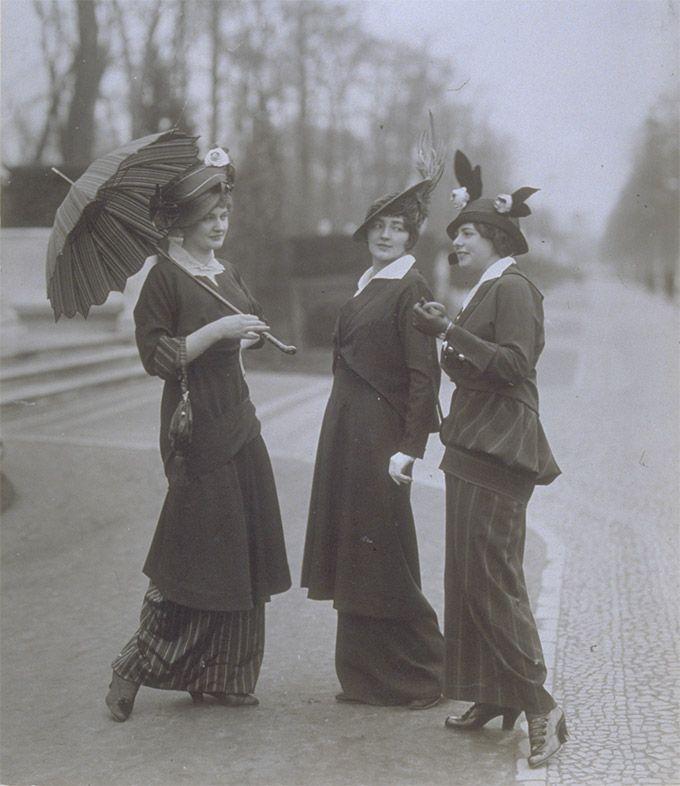 Wilhelm Willinger: Straßenkostüme von unbekanntem Berliner Modehaus, um 1915. Silbergelatine Vintage Museen zu Berlin, Kunstbibliothek
