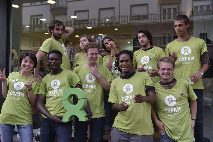 L'équipe de recruteurs de donateurs de Strasbourg portant l'emblème Oxfam