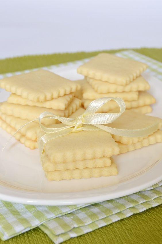Szuper finom, omlós, vajas keksz Mohától .  Nagyon könnyű vele dolgozni, és sütés után azonnal fogyasztható.   Hozzávalók   40 d...