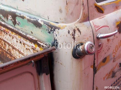 Tankstutzen mit verchromtem Tankdeckel eines pinkfarbenen Ford Pickup aus den Fünfziger Jahren