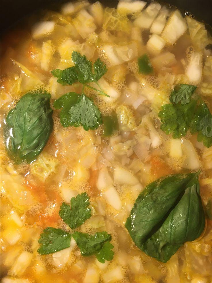 Variedad de sopa minestrone  Ajo, cebolla, puerro, nabo, pimiento verde, calabacín, tomate y repollo. Sal, perejil, albahaca y por supuesto aceite de oliva!  Riquísima!