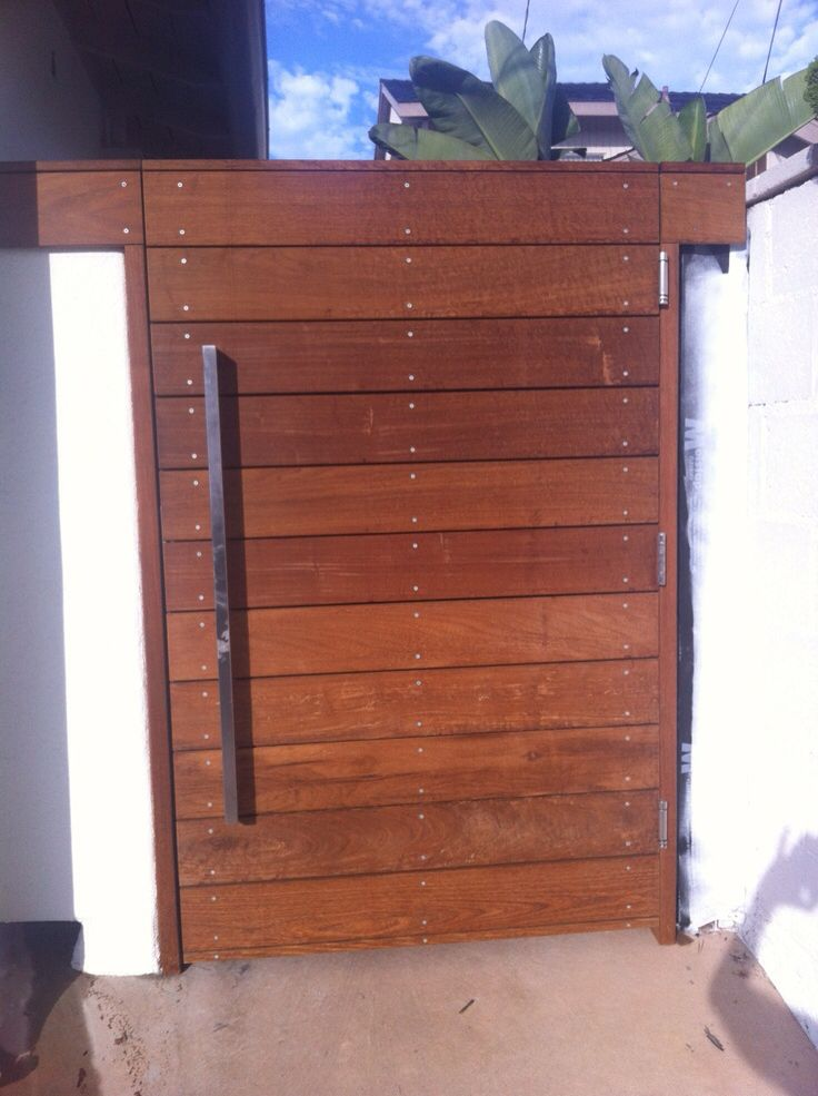 Division feature gate horizontal slats with