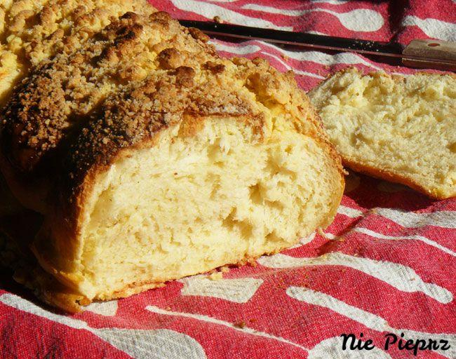 Łatwy, domowy przepis na puszystą i delikatną chałkę z chrupiącą, złocistą kruszonką. Chałka smakuje idealnie, jak z najlepszej piekarni.